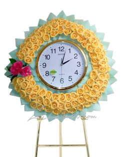 พวงหรีดนาฬิกา สีเขียวมิ้น ประดับด้วยดอกไม้สีเหลือง