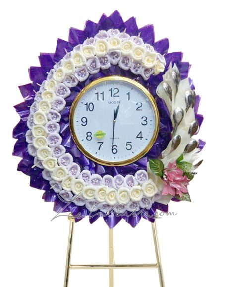 พวงหรีดนาฬิกา สีม่วงประดับด้วยดอกไม้สีขาว