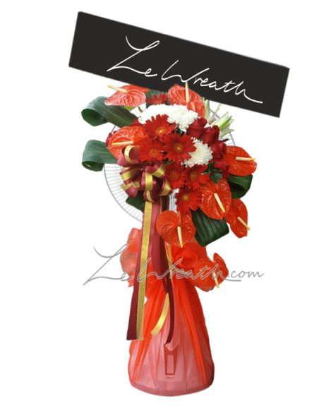 พวงหรีดพัดลม ประดับด้วยดอกไม้สีแดงและผ้าโทนสีแดงเข้ม