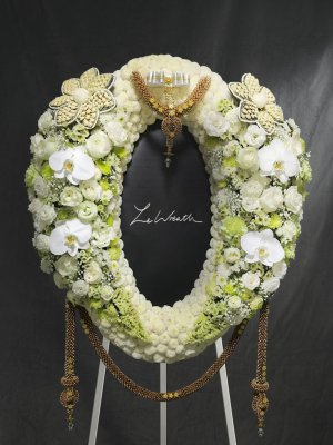 พวงหรีดดอกไม้สดนานาชนิดขนาดใหญ่ โทนสีขาวและสีเขียว จากร้านเลอหรีด