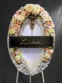 พวงหรีดดอกไม้ โทนสีขาว ประกอบด้วยดอกกุหลาบ จากร้านเลอหรีด