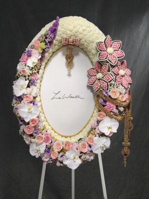 พวงหรีดดอกไม้สดขนาดใหญ่ โทนสีขาว ชมพู ม่วง ตกแต่งด้วยดอกกุหลาบ ดอกไลเซนทัสสีม่วง จากร้านเลอหรีด
