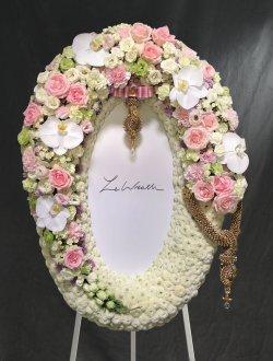 พวงหรีดดอกไม้สดขนาดกลาง โทนสีขาว-ชมพู จากร้านเลอหรีด