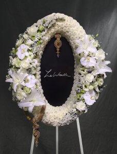 พวงหรีดดอกไม้สดขนาดกลาง โทนสีขาว ประกอบด้วยดอกกุหลาบ ดอกลิลลี่ ดอกยิปโซ จากร้านเลอหรีด