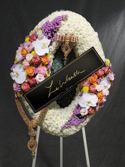 พวงหรีดดอกไม้สด ขนาดกลาง โทนสีขาว ประดับด้วยดอกไม้หลายชนิด จากร้านเลอหรีด