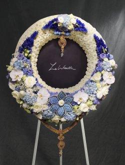 พวงหรีดดอกไม้สด สีน้ำเงิน-ขาว ขนาดกลาง จากร้านเลอหรีด