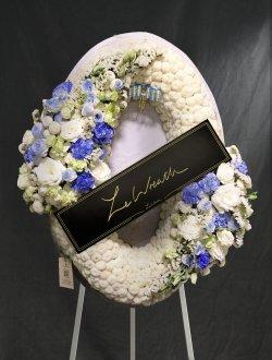 พวงหรีดดอกไม้สด โทนสีขาวฟ้า ขนาดเล็กกระทัดรัด จากร้านเลอหรีด