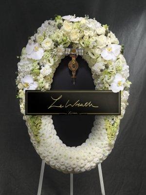 พวงหรีดดอกไม้สด โทนสีขาว ตกแต่งด้วยดอกกุหลาบ และดอกคาร์เนชั่น จากร้านเลอหรีด