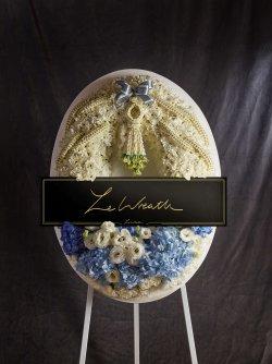 พวงหรีดสวยในโทนสีฟ้า พร้อมเอกลักษณ์ที่ดูดีแบบไทย ในราคา 3,890 บาท